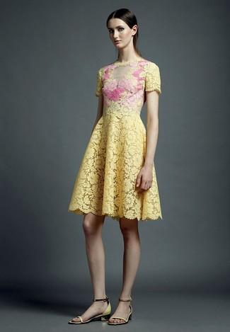 Comment porter: robe évasée en dentelle jaune, sandales à talons en cuir jaunes