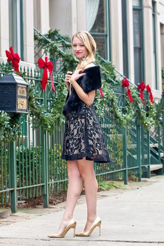 Comment porter une robe: Pense à opter pour une robe pour dégager classe et sophistication. Complète ce look avec une paire de des escarpins en cuir dorés.