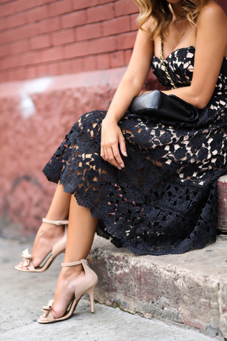 Opte pour une robe évasée en dentelle noire avec une pochette en cuir noire pour un look pointu et élégant. Assortis ce look avec une paire de des sandales à talons en cuir beiges.