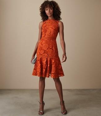 Comment porter: robe évasée en dentelle orange, sandales à talons en cuir argentées, pochette ornée argentée