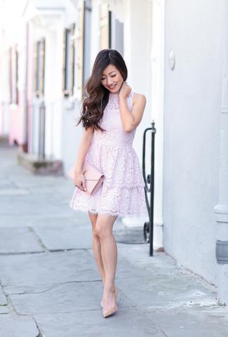 Comment porter: robe évasée en dentelle violet clair, escarpins en cuir beiges, pochette en cuir rose