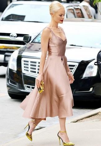 Sois au sommet de ta classe en portant une robe évasée en satin rose. Cette tenue est parfait avec une paire de des escarpins en cuir dorés.