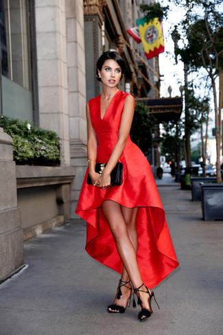 Harmonise une robe évasée en satin rouge avec une pochette en cuir ornée noire pour voler la vedette. Complète ce look avec une paire de des sandales à talons en daim à franges noires.