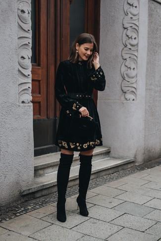Comment porter: robe évasée en velours brodée noire, cuissardes en daim noires, boucles d'oreilles dorées