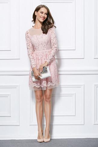 Comment porter une bague noire: Essaie d'harmoniser une robe évasée en dentelle rose avec une bague noire pour un look idéal le week-end. Une paire de des escarpins en cuir beiges est une option judicieux pour complèter cette tenue.