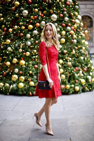 Pense à porter une robe évasée en dentelle rouge pour un look pointu et élégant. Cet ensemble est parfait avec une paire de des escarpins en cuir beiges Gucci.