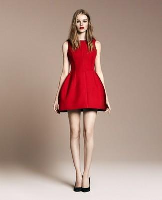 Pense à opter pour une robe évasée rouge pour un look stylé et raffinée. Une paire de des escarpins en daim noirs est une option génial pour complèter cette tenue.