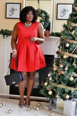 Comment porter: robe évasée rouge, escarpins en cuir en pied-de-poule noirs et blancs, cartable en cuir matelassé noir, collier multicolore