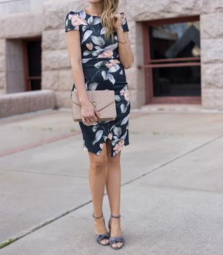 Comment porter: robe fourreau à fleurs noire, sandales à talons en satin grises, pochette en cuir matelassée beige
