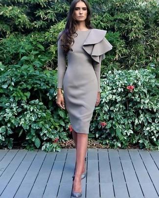 Comment porter: robe fourreau à volants grise, escarpins en cuir gris
