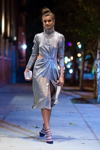 Comment porter: robe fourreau découpée argentée, escarpins en daim noirs, pochette en satin ornée argentée, boucles d'oreilles argentées