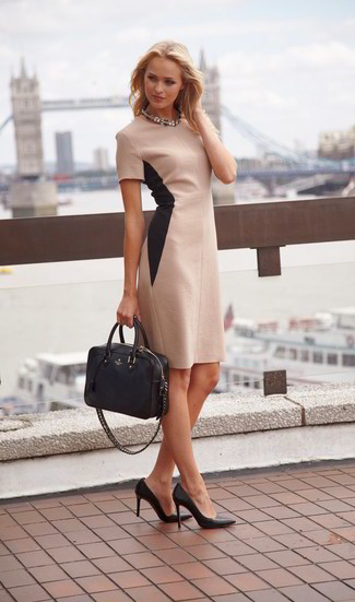 Comment porter: robe fourreau beige, escarpins en cuir noirs, sac fourre-tout en cuir noir, collier transparent