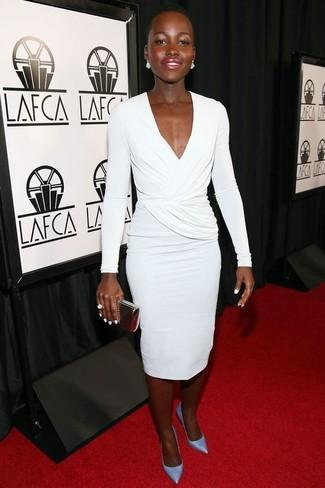 Comment porter: robe fourreau blanche, escarpins en cuir bleu clair, pochette dorée, bague blanche