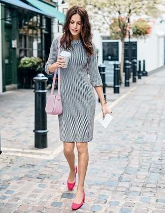 Comment porter: robe fourreau á pois blanche et noire, escarpins en daim fuchsia, sac bandoulière en cuir rose, bracelet doré