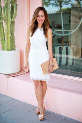 Comment porter une pochette en cuir marron clair: Choisis pour le confort dans une robe fourreau en chiffon blanche et une pochette en cuir marron clair. Cette tenue se complète parfaitement avec une paire de des sandales à talons en cuir dorées.