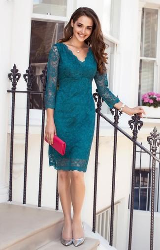 Comment porter: robe fourreau en dentelle à fleurs bleu canard, escarpins en cuir argentés, pochette en cuir fuchsia, montre en céramique blanche