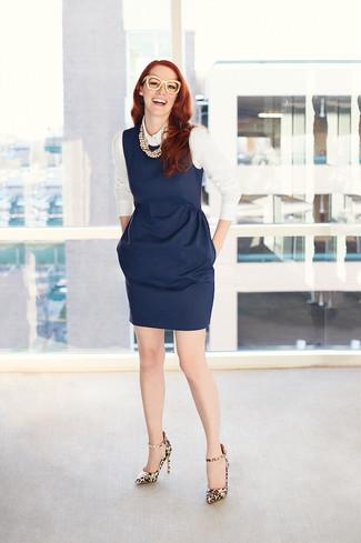 Comment porter un collier de perles beige: Pense à harmoniser une robe fourreau bleu marine avec un collier de perles beige pour créer un look génial et idéal le week-end. Assortis ce look avec une paire de des escarpins en cuir imprimés léopard marron clair.