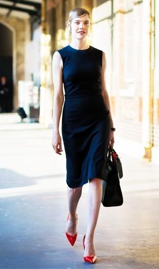 Comment porter: robe fourreau bleu marine, escarpins en cuir rouges, sac fourre-tout en cuir noir