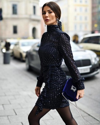 Comment porter: robe fourreau en chiffon bleu marine, sac bandoulière en velours bleu, boucles d'oreilles noires, collants noirs