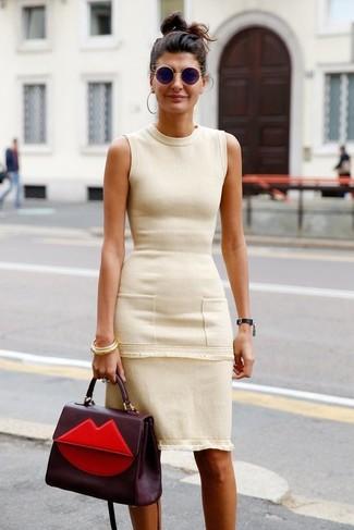 Comment porter: robe fourreau beige, cartable en cuir bordeaux, lunettes de soleil noires, bracelet doré