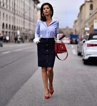 Comment porter: robe fourreau en daim bleu marine, chemise de ville bleu clair, escarpins en daim rouges, cartable en cuir rouge