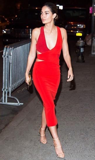 Comment porter: robe fourreau découpée rouge, sandales à talons en cuir beiges, pochette dorée
