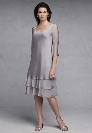 Comment porter des sandales à talons en cuir argentées après 40 ans: Opte pour un look sophistiqué avec une robe fourreau en chiffon grise. Cette tenue est parfait avec une paire de des sandales à talons en cuir argentées.