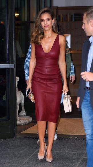 Tenue de Jessica Alba: Robe fourreau en cuir bordeaux, Escarpins en cuir roses, Sac à main en cuir rose