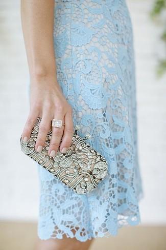 Comment porter: robe fourreau en dentelle bleu clair, pochette ornée argentée
