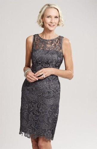 Comment porter: robe fourreau en dentelle gris foncé, bracelet argenté, bague argentée