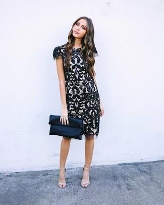 Comment porter: robe fourreau en dentelle noire et blanche, sandales à talons en cuir beiges, pochette en satin bleu marine