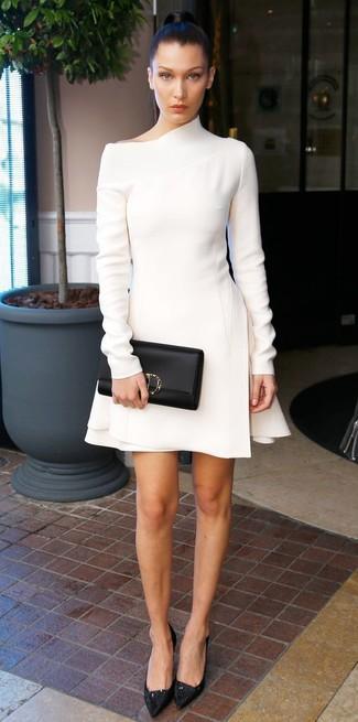 Essaie d'harmoniser une robe fourreau en laine blanche avec une pochette en cuir noire femmes Tory Burch pour aller au bureau. Une paire de des escarpins en dentelle noirs s'intégrera de manière fluide à une grande variété de tenues.