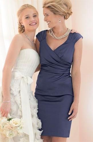 Comment porter un collier de perles beige: Essaie d'harmoniser une robe fourreau en satin bleu marine avec un collier de perles beige pour une impression décontractée.