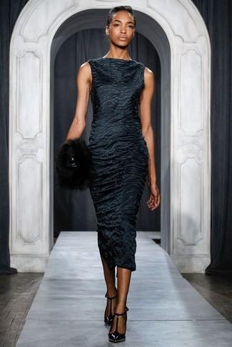 Comment porter: robe fourreau en satin noire, escarpins en cuir noirs, pochette en fourrure noire