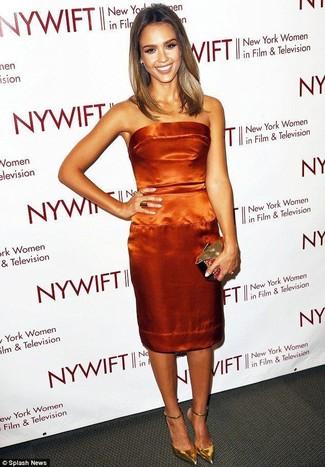 Comment porter une pochette dorée à 30 ans: Ce combo d'une robe fourreau en satin orange et d'une pochette dorée dégage une impression très décontractée et accessible. Une paire de des escarpins en cuir dorés est une option astucieux pour complèter cette tenue.