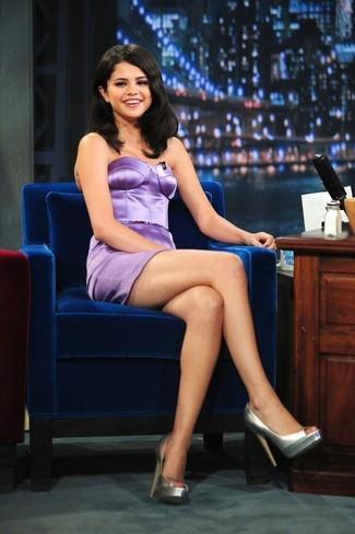 Tenue de Selena Gomez: Robe fourreau en satin violet clair, Escarpins en cuir argentés