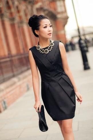 Une robe fourreau en soie noire et une pochette en cuir matelassée noire Rebecca Minkoff sont un choix de tenue idéale à avoir dans ton arsenal.