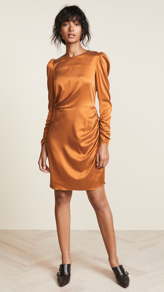 Comment porter: robe fourreau en soie orange, mules en cuir noires