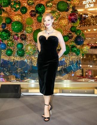 Comment porter: robe fourreau en velours noire, sandales à talons en satin noires, collier argenté