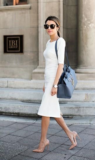 Comment porter: robe fourreau blanche, escarpins en cuir beiges, cartable en cuir bleu, lunettes de soleil imprimées léopard marron foncé