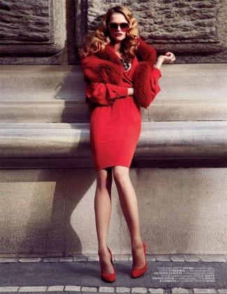 Comment porter: robe fourreau rouge, escarpins en daim rouges, écharpe en fourrure rouge, lunettes de soleil rouges