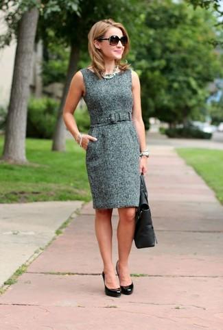 Comment porter: robe fourreau en tweed grise, escarpins en cuir noirs, sac fourre-tout en cuir noir, lunettes de soleil marron foncé
