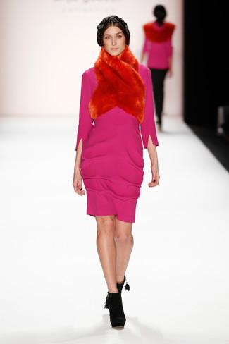Comment porter: robe fourreau fuchsia, bottines en daim noires, écharpe en fourrure rouge