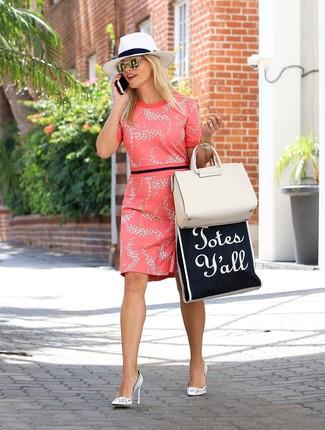 Comment porter un chapeau de paille blanc au printemps: Essaie d'harmoniser une robe fourreau à fleurs fuchsia avec un chapeau de paille blanc pour créer un look génial et idéal le week-end. Une paire de des escarpins en cuir blancs est une option astucieux pour complèter cette tenue. On aime ce look, bien printanière.