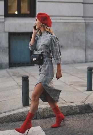 Comment porter: robe fourreau écossaise grise, bottines élastiques rouges, sac banane en cuir noir, béret rouge