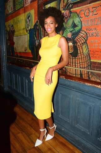 Comment porter: robe fourreau jaune, escarpins en cuir blancs