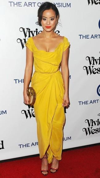 Comment porter: robe fourreau jaune, sandales à talons en cuir rouges, pochette dorée, boucles d'oreilles dorées