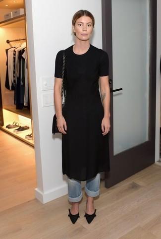 Comment porter des escarpins en daim noirs: Essaie de marier une robe fourreau en chiffon noire avec un jean boyfriend bleu clair pour créer un style chic et glamour. Termine ce look avec une paire de des escarpins en daim noirs.