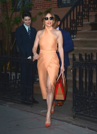Tenue de Jennifer Lopez: Robe fourreau orange, Escarpins en daim orange, Sac fourre-tout en cuir marron clair