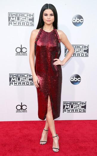 Tenue de Selena Gomez: Robe fourreau pailletée bordeaux, Sandales à talons en cuir noires